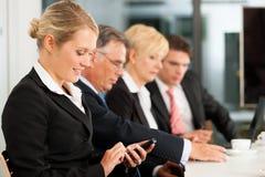 Asunto - personas en oficina que controlan correos Imagen de archivo