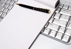 Asunto - tomar notas por una computadora portátil Fotos de archivo