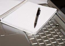 Asunto - tomar notas por una computadora portátil Imágenes de archivo libres de regalías