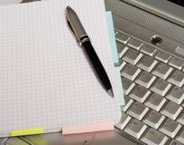 Asunto - tomar notas por una computadora portátil Fotos de archivo libres de regalías