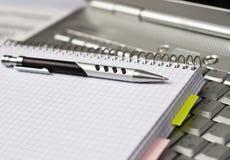 Asunto - tomar notas por una computadora portátil Imagen de archivo
