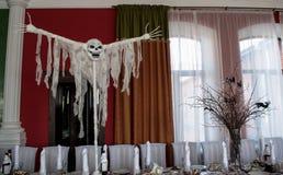 Asustadizo relleno con un cráneo en la tabla sirvió ramas fotos de archivo libres de regalías