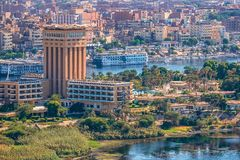 16/11/2018 Aswan, Αίγυπτος, άποψη του πανοράματος της πόλης από το βουνό της δυτικής ακτής του Νείλου στοκ φωτογραφίες