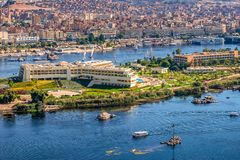 16/11/2018 Aswan, Αίγυπτος, άποψη του πανοράματος της πόλης από το βουνό της δυτικής ακτής του Νείλου στοκ εικόνα με δικαίωμα ελεύθερης χρήσης