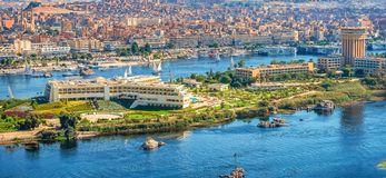 16/11/2018 Aswan, Αίγυπτος, άποψη του πανοράματος της πόλης από το βουνό της δυτικής ακτής του Νείλου στοκ εικόνες με δικαίωμα ελεύθερης χρήσης