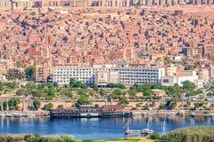 16/11/2018 Aswan, Αίγυπτος, άποψη του πανοράματος της πόλης από το βουνό της δυτικής ακτής του Νείλου στοκ φωτογραφία