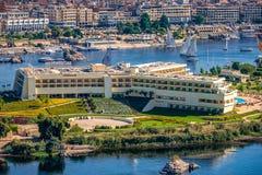 16/11/2018 Aswan, Αίγυπτος, άποψη του πανοράματος της πόλης από το βουνό της δυτικής ακτής του Νείλου στοκ εικόνες