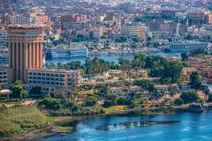 16/11/2018 Aswan, Egipt, widok panorama miasto od góry zachodnie wybrzeże Nil zdjęcie royalty free