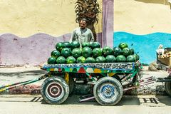 ASWAN EGYPTE 20 05 Het fruitverkoper van de 18 Mensenwatermeloen met rollende opslag op de straat in de stad stock foto's