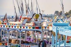 12 11 2018 Aswan, Egypte, Kleurrijke geschilderde botenfelucca op de riviernul royalty-vrije stock foto's