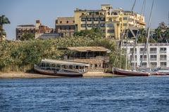 12 11 2018 Aswan, Egypten, en fartygfeluccasegling längs en flod av nilies på en solig dag royaltyfri bild