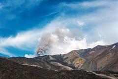 Aswolk boven een vulkanische opening royalty-vrije stock afbeelding