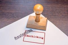 Asylantrag mit einem Stempel des deutschen Wortes 'Zwangsverschickung ' lizenzfreies stockbild