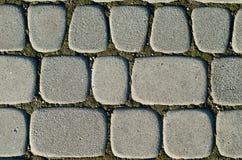 Asymetrische Pflastersteine der grauen Farbe, unterschiedliche Größe Hintergrund stockbilder