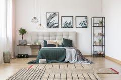 Asymmetrical dywan w sypialni fotografia stock