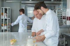 Asystent i szef kuchni robi tortowi zdjęcia royalty free