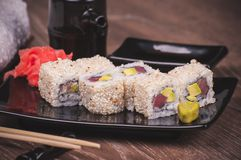 Atún de color salmón fuera del rollo de sushi Fotografía de archivo libre de regalías