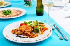 atún del filete con las verduras en la tabla servida en restaurante Fotografía de archivo