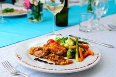 atún del filete con las verduras en la tabla servida en restaurante Imagen de archivo libre de regalías