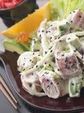 Atún del Sashimi y ensalada de Wasabi con el aguacate y el rojo Imágenes de archivo libres de regalías