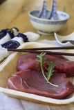 Atún rojo con la salsa de soja y la decoración china Fotografía de archivo libre de regalías