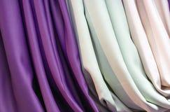 Atłasowa tkanina w sklepowym okno Tekstura atłasowa tkanina zdjęcie royalty free