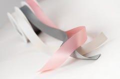 Atłasowe tasiemkowe rolki odizolowywać różowe szarość osrebrzają prezent Zdjęcia Stock