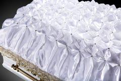 Ataúd blanco de madera cerrado cubierto con el primer combinado ritual blanco foto de archivo libre de regalías