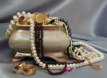 Ataúd de cerámica con joyería foto de archivo libre de regalías