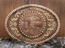 Ataúd de la corteza de abedul en fondo de madera Imagen de archivo libre de regalías
