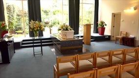 ataúd fúnebre en un coche fúnebre o una capilla o entierro en el cementerio metrajes