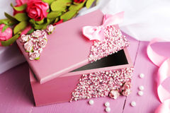 Ataúd hermoso con las flores en fondo de madera púrpura Fotografía de archivo libre de regalías