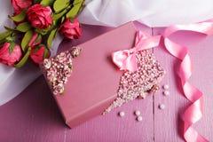 Ataúd hermoso con las flores en fondo de madera púrpura Fotos de archivo