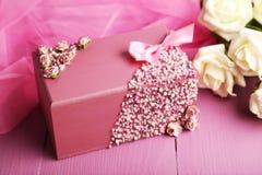 Ataúd hermoso en fondo de madera púrpura Fotos de archivo libres de regalías