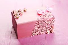 Ataúd hermoso en fondo de madera púrpura Imágenes de archivo libres de regalías