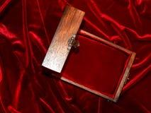 Ataúd para la joyería en estilo moderno en un fondo del terciopelo Fotografía de archivo libre de regalías