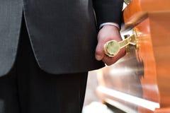Ataúd que lleva del portador del ataúd en el entierro Foto de archivo