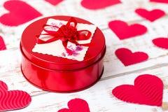 Ataúd rojo con los corazones Fotografía de archivo libre de regalías