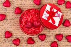 Ataúd rojo con los corazones, visión superior Fotos de archivo