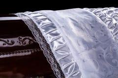 Ata?d marr?n de madera cerrado cubierto con el primer combinado ritual blanco fotos de archivo