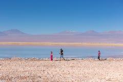 Atacama, Чили - 9-ое октября 2017 - узкая угловая съемка родителя и ребенок идя вокруг Atacama Салара в свете увядать, afte стоковое фото