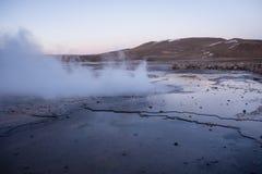 Atacama gejzery Del Tatio emituje kontrparę w wczesnym poranku fotografia stock