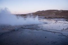 Atacama-Geysire Del Tatio, der am frühen Morgen Dampf ausstrahlt stockfotografie