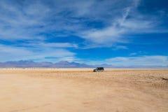 Atacama pustyni suchy krajobraz i dżip wycieczka turysyczna zdjęcia stock