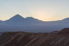 Atacama-Wüste, Berge, Sonnenaufgang des Vulkans e, Valle de la Muerte Stockfoto