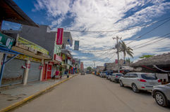 ATACAMES, ЭКВАДОР - 16-ое марта 2016: Взгляд Steet городка пляжа расположенный на Тихоокеанском побережье эквадора северном оно о стоковое фото