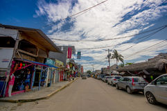 ATACAMES, ЭКВАДОР - 16-ое марта 2016: Взгляд Steet городка пляжа расположенный на Тихоокеанском побережье ` s эквадора северном о стоковая фотография rf