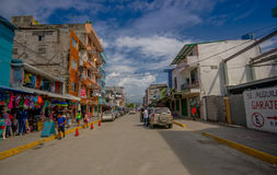ATACAMES, EQUADOR - 16 de março de 2016: Opinião de Steet da cidade da praia situada na Costa do Pacífico do norte de Equador é e Fotografia de Stock Royalty Free