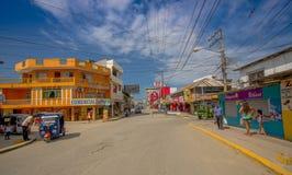 ATACAMES, EQUADOR - 16 de março de 2016: Opinião de Steet da cidade da praia situada na Costa do Pacífico do norte de Equador é e Foto de Stock