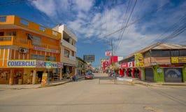 ATACAMES, EQUADOR - 16 de março de 2016: Opinião de Steet da cidade da praia situada na Costa do Pacífico do norte de Equador é e Fotos de Stock
